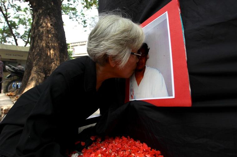 Sumarsih, ibu dari mahasiswa Universitas Atma Jaya Bernardus Realino Norma Wirawan atau Wawan yang tewas dalam tragedi Semanggi 1, mencium foto anaknya usia melakukan tabur bunga pada peringatan 17 Tahun Tragedi Semanggi 1 di Jakarta, Jumat (13/11).