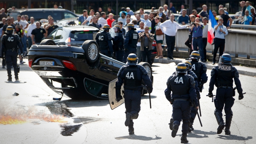 20150625174035-uber-riot-italy